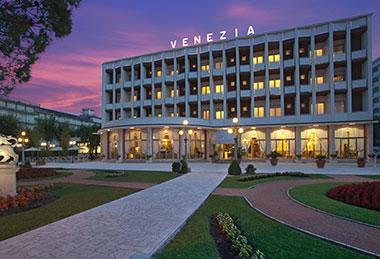 Hotel-Venezia-Frontseite-nachts